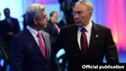 Президенты Армении и Казахстана - Серж Саргсян и Нурсултан Назарбаев (справа) - во время саммита ЕАЭС в Астане, 29 мая 2014 г,