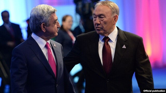 Kaakhstan - President Nursultan Nazarbayev and his Armenian counterpart Serzh Sarkisian talk during a summit in Astana, 29May2014.