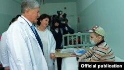 Президент 1-июнда онкологиялык дартка кабылган балдарга барган