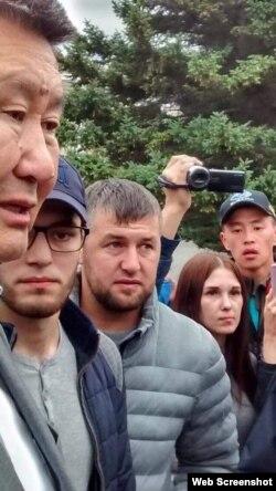 Сенатор Вячеслав Мархаев с Джабраилом и Юсупом на протестной акции, сентябрь 2019 г.