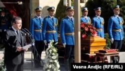 Сербия премьер-министрі Ивица Дачич (сол жақта) Йованка Брозды жерлеу рәсімінде сөйлеп тұр. Белград, 26 қазан 2013 жыл.