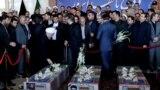 Eýranyň prezidenti Hassao Rohani (çepde) Tähranda terror hüjüminde heläk bolanlaryň jynazasyna gatnaşýar. 9-njy iýun, 2017 ý.