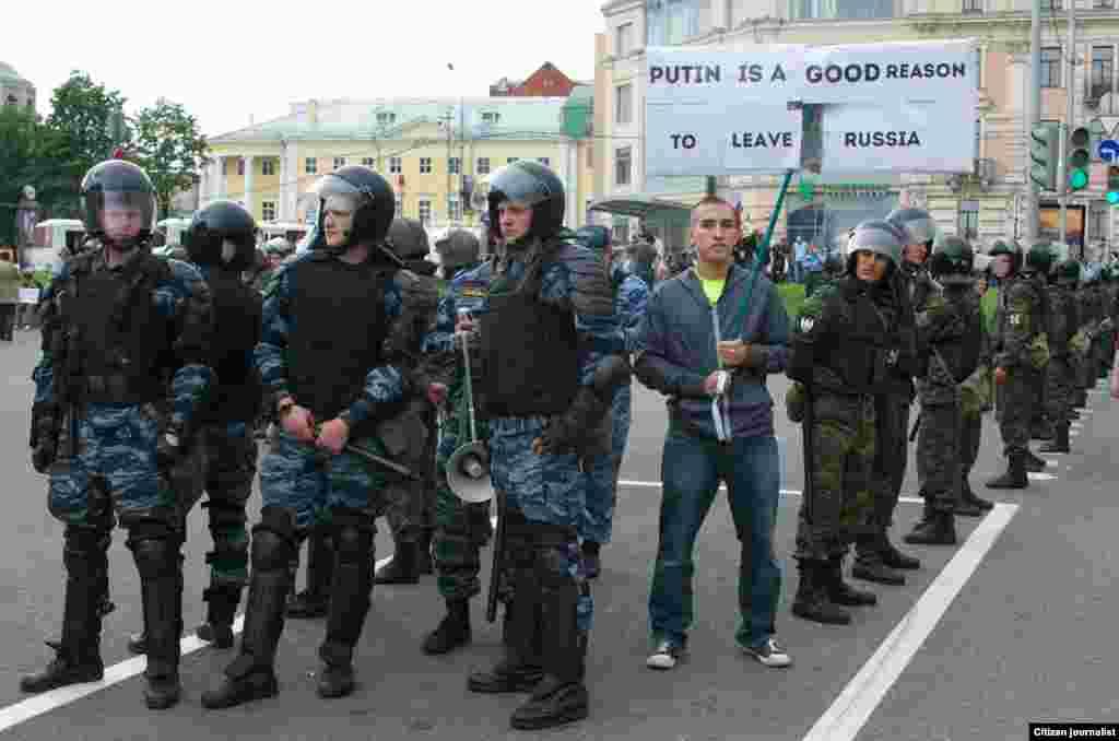 Юноша долго стоял в оцеплении с интересным плакатом, на который не обращала внимания полиция<br/>Загрузил: Андрей из Москвы