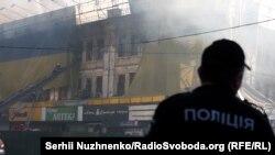 Пожежі стали поширеними в історичній частині Києва. На фото: горить будинок на вулиці Хрещатик 40/1, червень 2017 року