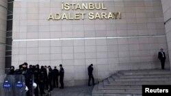 Ոստիկանության ջոկատը տեղակայվել է Ստամբուլի դատարանի մոտ։ 20 դեկտեմբերի, 2013թ.