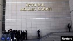 Turqi - Policia duke bërë roje para ndërtesës së një gjykate në Istambull, 21 dhjetor, 2013