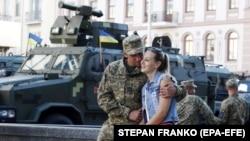 Український військовий в очікуванні на початок репетиції військового параду в центрі Києва, 22 серпня 2018 року (ілюстраційне фото)