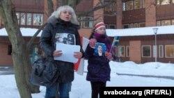 Ольга Класковська з дочкою під час протесту проти політичних репресій у Білорусі перед білоруським посольством у Стокгольмі, архівне фото 10 січня 2011 року