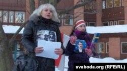Вольга Класкоўская з дачкой на пікеце супраць рэпрэсій у Беларусі, 2011 год