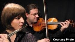 """Членовите на """"Дуо Скупи"""", флејтистката Јета Старова Мехмети и виолинистот и аранжер Ермал Мехмети."""