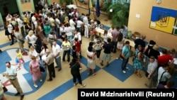 Черга виборців на дільниці, вибори 2014 року