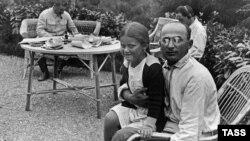 Tarixi foto: Stalin (arxa planda), Lavrenti Beriya və Stalinin qızı Svetlana (1935-ci il)