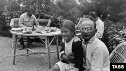 Лаврентий Берия с дочерью Сталина Светланой. Сентябрь 1935 года.