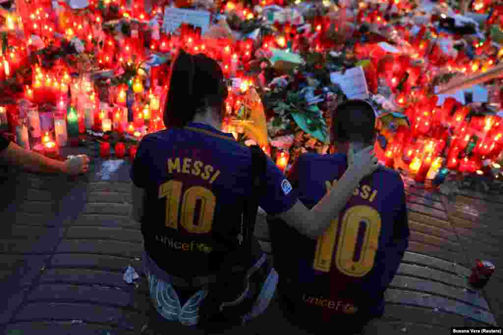 People gather at an impromptu memorial on August 20 where a van crashed into pedestrians at Las Ramblas in Barcelona, Spain. (Reuters/Susana Vera)