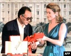 """Abbas Kiarostami Kann festivalının """"Qızıl palma"""" mükafatını alır."""