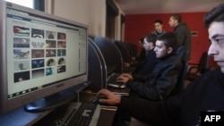 Интернет-кафеде ақпарат оқып отырған араб жастары. Көрнекі сурет