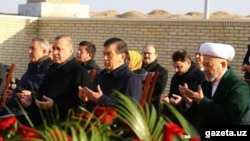 Президент Турции Реджеп Тайип Эрдоган и врио президента Узбекистана Шавкат Мирзияев у могилы первого президента республики Ислама Каримова. Самарканд, 18 ноября 2016 года.