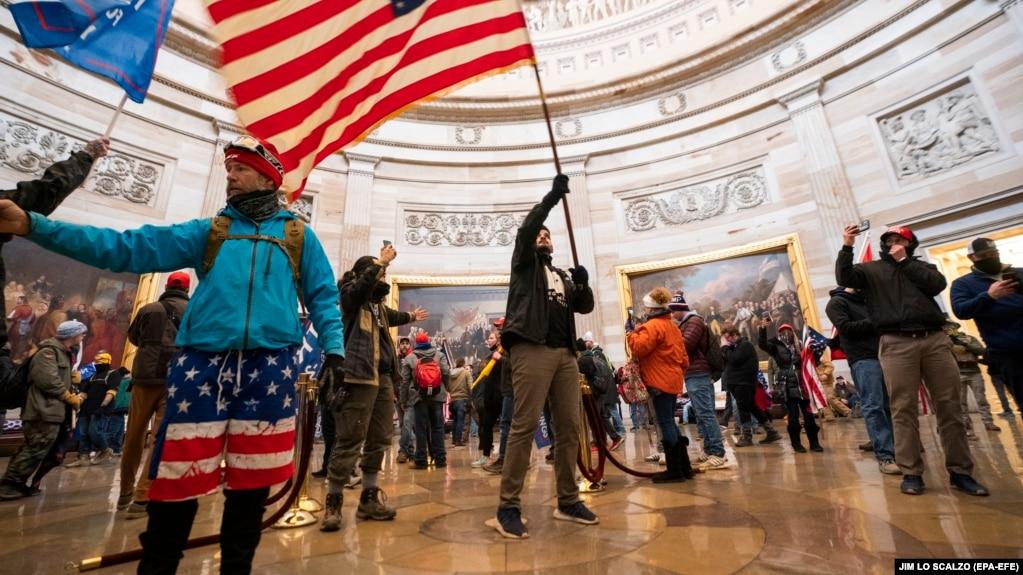 Сторонники президента Трампа в захваченном ими здании Капитолия. 6 января 2021 года