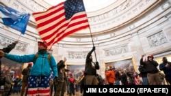 Káosz és erőszak: képeken amint betörnek a tüntetők az amerikai Capitolium épületébe