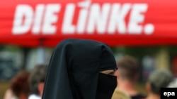 Мекленбург - Алдыңкы Померания жериндеги шайлоо үгүтү учурундагы митингге катышып жаткан мусулман аял. 2-сентябрь, 2016-жыл