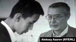 Кадр из фильма «Соңғы мұғалім». В роли учителя Мурат Беккожин (справа).