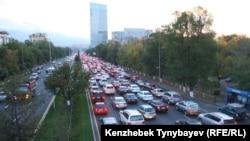 Алматының әл-Фараби даңғылындағы көліктер.(Көрнекі сурет.)