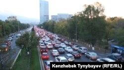 Автомобильный затор на проспекте аль-Фараби в Алматы. Иллюстративное фото.