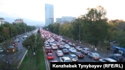 Алматы көшесіндегі көліктер. (Көрнекі сурет).