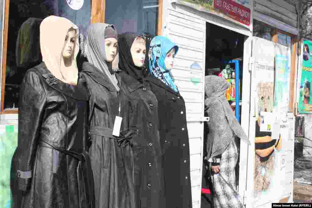 Вокруг мечети много магазинов с религиозной атрибутикой.