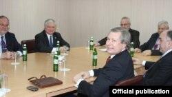 Ukraine - Foreign Ministers Elmar Mammadyarov (R) of Azerbaijan and Edward Nalbandian of Armenia and the OSCE Minsk Group co-chairs meet in Kiev, 4Dec2013.
