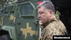 Украина президенти ҳарбий горнизонлардан бирида.