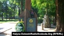 Пам'ятник композиторові Денису Січинському у вигляді кобзи, меморіальний сквер Івано-Франківська