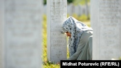 Svake godine oko sto hiljada posjetilaca dođe u Potočare da oda počast stradalima