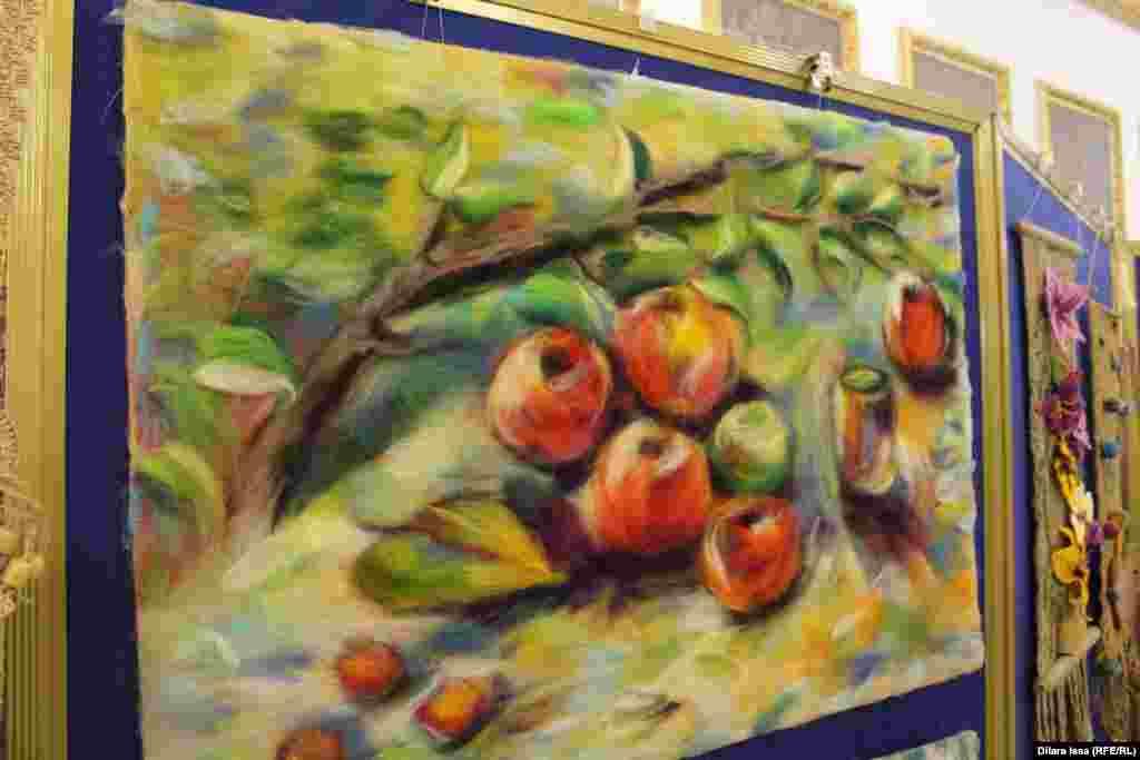 Әр түрлі түске боялаған жүннен жасалған картина.