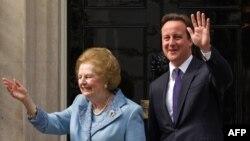 Ұлыбританияның бұрынғы және қазіргі премьер-министрлері Маргарет Тэтчер (сол жақта) мен Дэвид Кэмерон. Лондон, 10 маусым 2010 жыл.