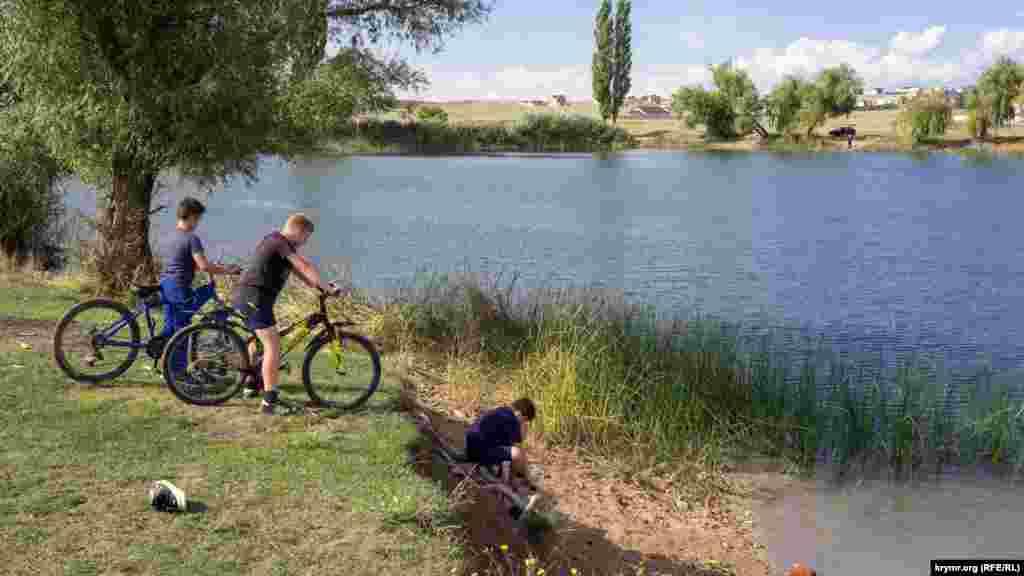 Найбільший із шести сільських ставків діти називають «Моторкою». Мовляв, на ньому можна і на човні поплавати, і рибу половити, і покупатися