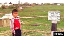 Мұнай құбыры өтетін жерге қойылған тыйым белгісі. Қазығұрт шағын ауданы, Шымкент қаласы. 20 сәуір 2010 жыл.