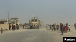 Иракские и американские подкрепления входят в город Каяра освобожденный от исламистских боевиков 28 августа 2016 года