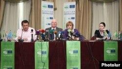 Международные наблюдатели представляют свой промежуточный доклад, 6 мая 2013 г.
