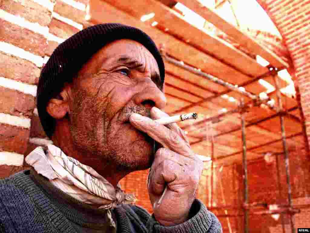 Іран -- Працівник під час перекуру на будівництві дороги в місті Ардебіль - Photo by RFE/RL