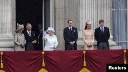 U.K. -- (L-R) Camilla, Duchess of Cornwall, Prince Charles, Queen Elizabeth, Prince William, Catherine, Duchess of Cambridge and Prince Harry stand on the balcony of Buckingham Palace to mark the Diamond Jubilee of Queen Elizabeth in London, 05Jun2012