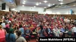 Еңбек және халықты әлеуметтік қорғау министрлігіне келген көп балалы аналар. Нұр-Сұлтан, 4 маусым 2019 жыл.