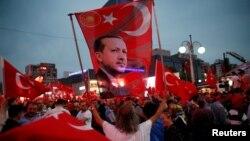 هواداران اردوغان با پرچمهای ترکیه و تصویری از رئیسجمهوری آن کشور