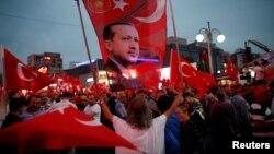Президент Эрдогандын жактоочулары Анкарадагы демонстрацияда. 20-июль, 2016-жыл.