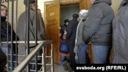 Валер Шчукін спрабуе трапіць у судовую залю.