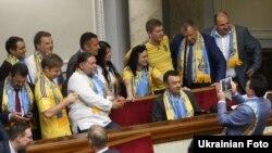 Депутати Верховної Ради прийшли футбольній символіці у парламент на підтримку збірної України на «Євро-2016». 16 червня 2016 року