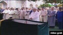 На церемонии чтения заупокойной молитвы на похоронах президента Узбекистана Ислама Каримова. Кадр видео. Самарканд, 3 сентября 2016 года.