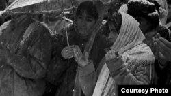 """Мамлакат Ҷайчиева (рост) дар нахустин ва ягона ёдбуди расмии """"Баҳманмоҳи хунин"""", Душанбе 12-уми феврали соли 1991."""