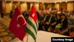 Решение кабинета министров вызвало бурную реакцию у граждан Абхазии, так как связи с Турцией весьма разнообразны и значимы для населения Абхазии, а данное распоряжение кабмина ведет к фактическому их разрыву