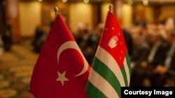 Абхазию с Турцией связывают сотни тысяч живых нитей – по разным источникам, в Турецкой Республике проживает от 200 до 700 тысяч потомков абхазо-абазинских махаджиров